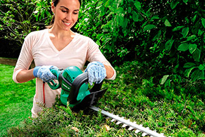 ELECTRIC-HEDGE-TRIMMER-LIFESTYLE