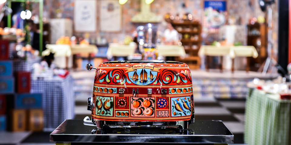 Smeg launches dolce gabbana kettles and toasters which for Smeg dolce e gabbana
