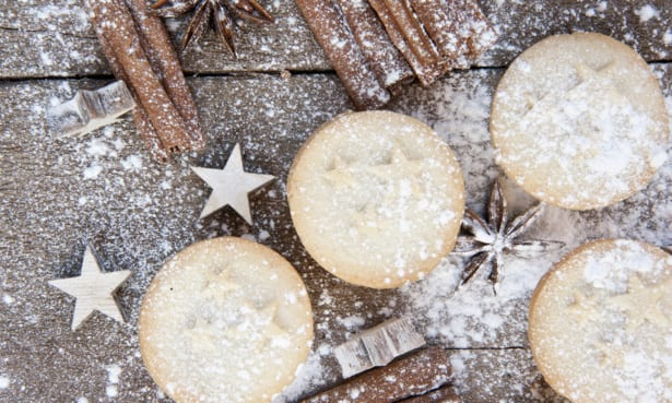 Mince pies with cinnamon and icing sugar
