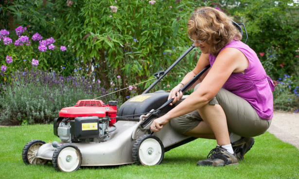 Adjusting mower blades