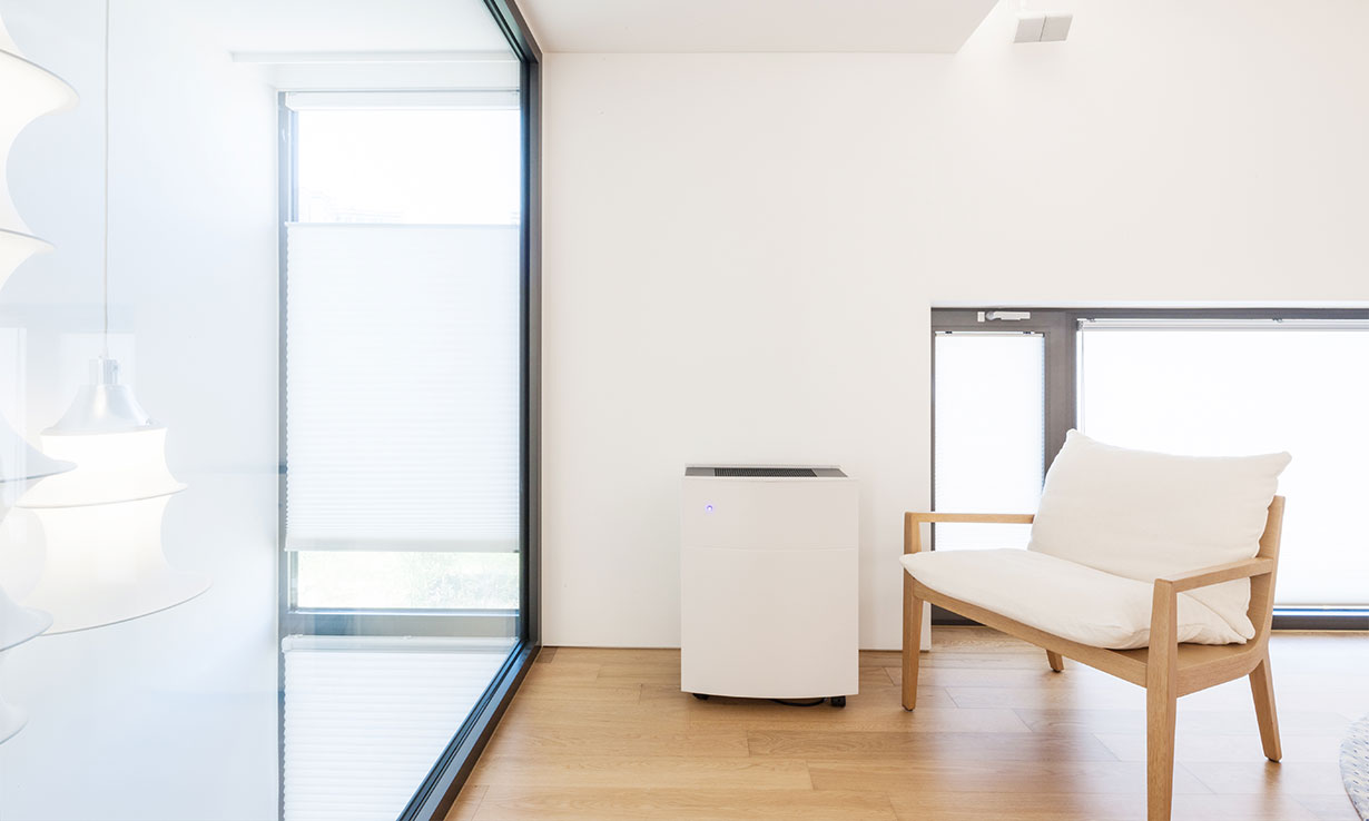 Air purifier in a room with the doors closed