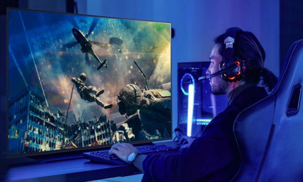 Man using OLED48CX6LB as monitor